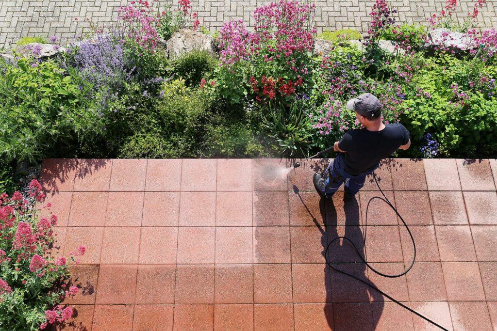 Nettoyage à pression d'une terrasse de jardin
