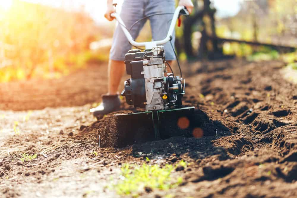 Travailler la terre en la retournant avec une machine
